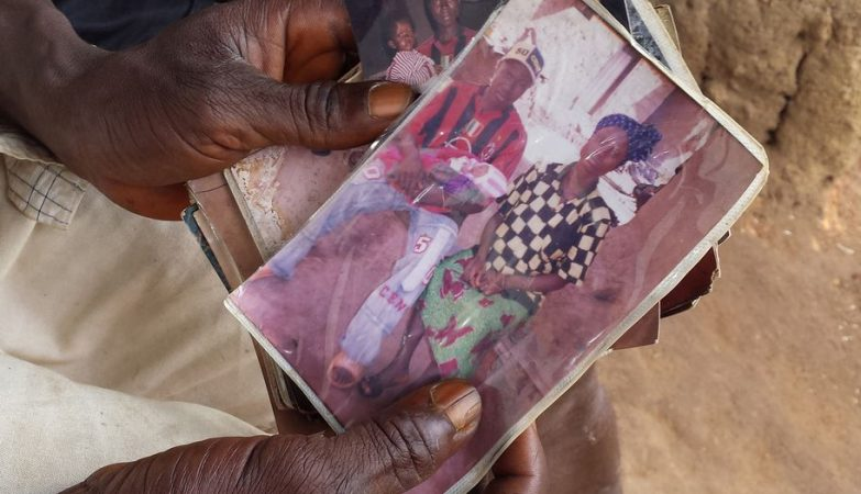 A primeira vítima conhecida da epidemia de Ébola de 2014 foi o pequeno Emile Ouamouno, de 2 anos, na foto com a família em Méliandou, na Guiné