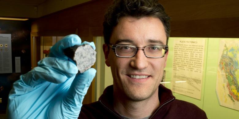 Chris Herd, investigador da U.Alberta, com um fragmento do meteorito marciano Tissint, em 2012