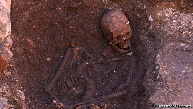 """A curvatura da coluna do """"esqueleto 1"""" encontrado no parque de estacionamento em Leicester é um dos indícios que confirma a identidade dos restos mortais: Ricardo III de Inglaterra"""