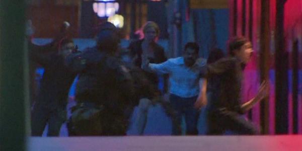 Reféns fogem do sequestro no café em Martin Place, em Sidney