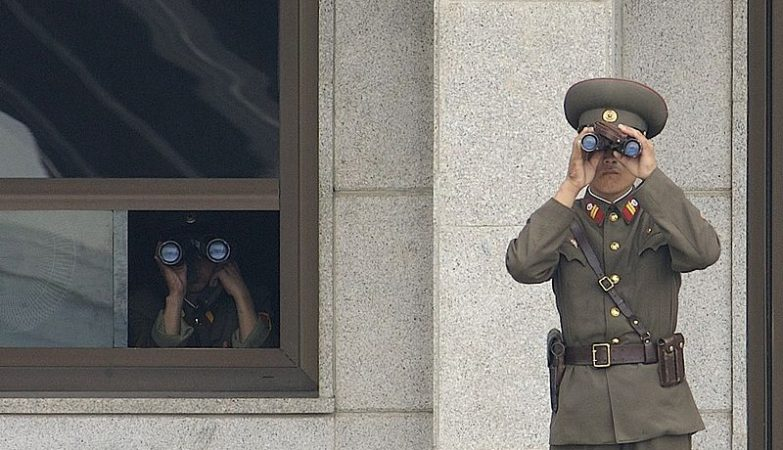 Soldados da Coreia do Norte em vigilância na zona desmilitarizada entre as duas Coreias