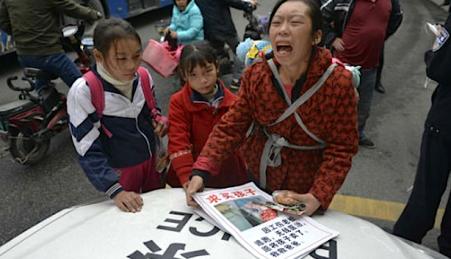 Ni Qiong tentou vender uma das filhas na rua para pagar a operação do marido