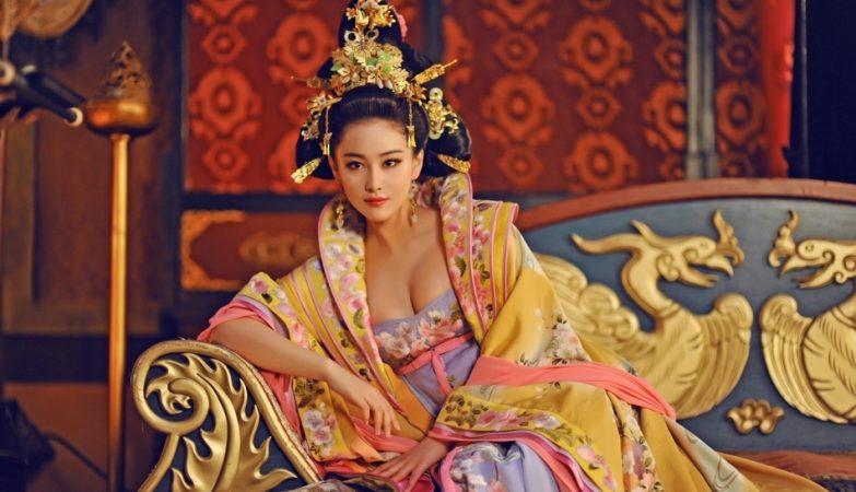 Conhecida como Imperatriz Wu, a única mulher na história da China a ocupar o trono imperial é interpretada na TV pela atriz, cantora e produtora chinesa Fan Bingbing