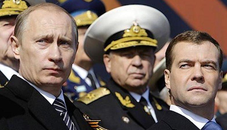 O presidente russo Vladimir Putin, com o primeiro-ministro Dmitri Medvedev