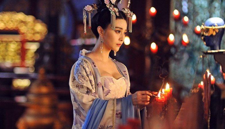 Figurino da imperatriz da China, Wu Zetian, vestida com um traje da dinastia Tang. Conhecida como Imperatriz Wu, foi a única mulher na história da China a ocupar o trono imperial