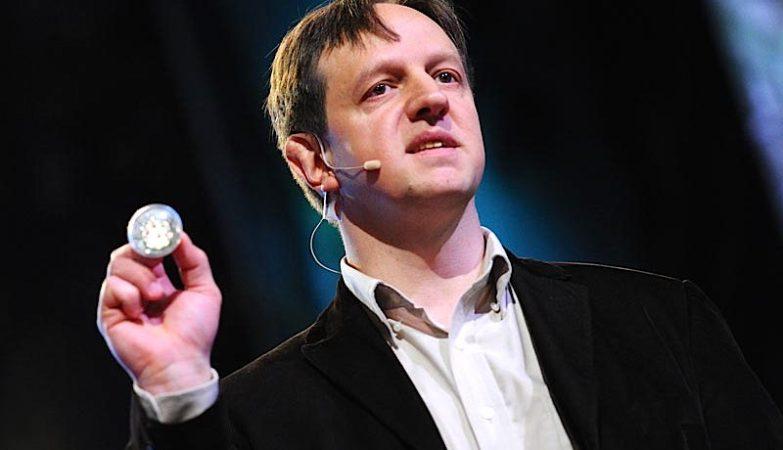 Harald Haas, professor universitário, empreendedor e inovador, o pioneiro por trás da ideia de aceder à internet através da luz