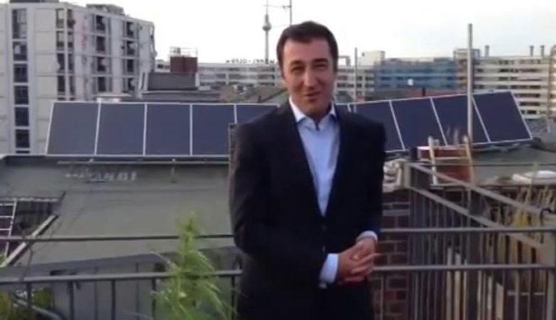 Cem Ozdemir, líder dos Verdes alemães com planta de marijuana na varanda
