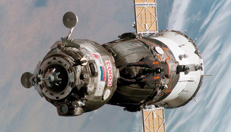 Uma nave espacial russa Soyuz TMA-6 aproxima-se da estação Espacial Internacional