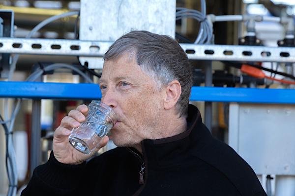 Bill Gates bebe água de dejectos humanos