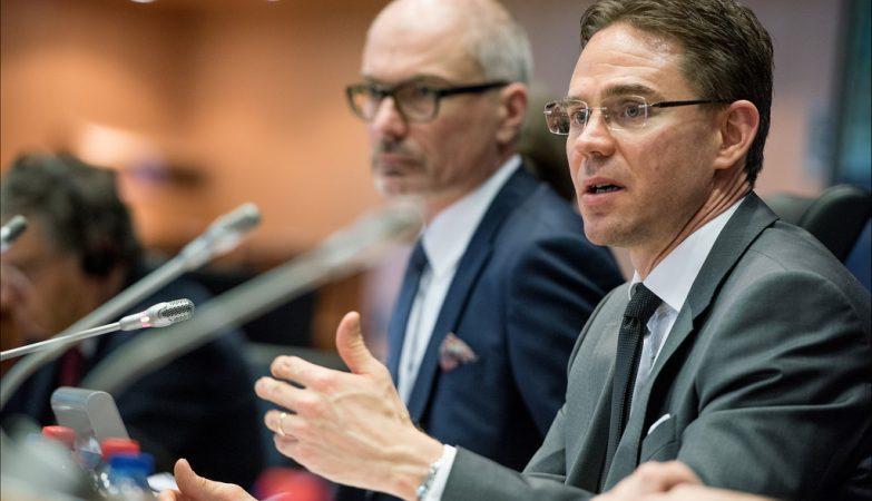 O vice-presidente da Comissão Europeia, Jyrki Katainen (à direita)