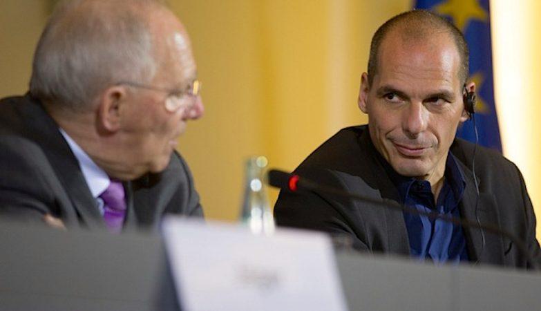 O ministro das Finanças da Alemanha, Wolfgang Schaeuble, com Yanni Varoufakis, ministro das Finanças da Grécia