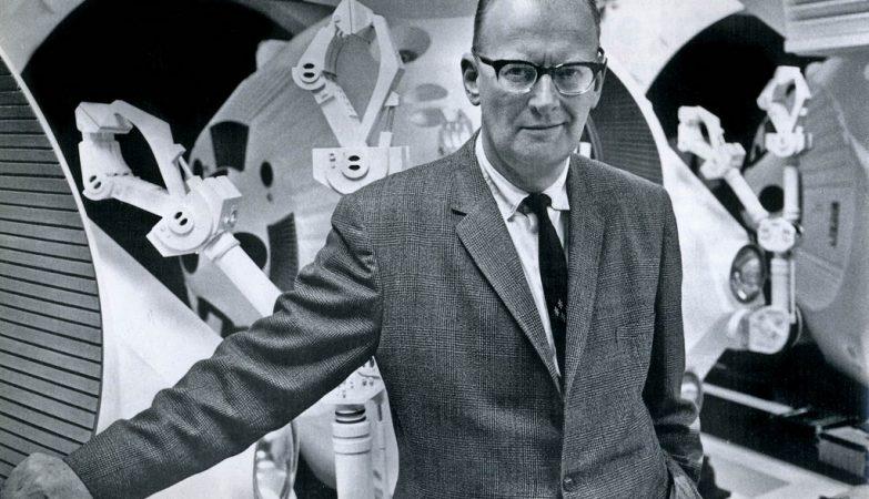 """Arthur C. Clarke em 1968 com os pods de """"2001 - Odisseia no Espaço"""", filme baseado na sua novela com o mesmo nome."""
