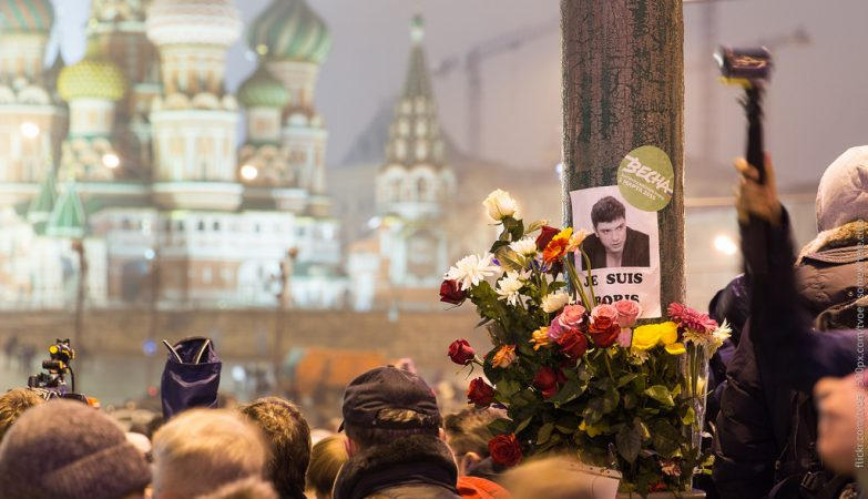 Homenagem popular a Boris Nemtsov no local em que foi assassinado, junto ao Kremlin