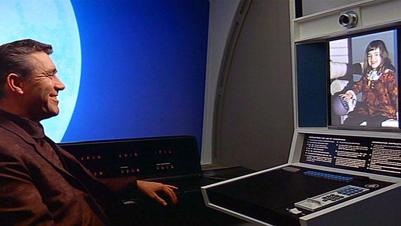 """Em """"2001, Odisseia no Espaço"""", escrito em 1968, Arthur C. Clarke previu chamadas telefónicas com vídeo."""