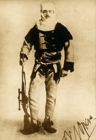 O Barão Franz Nopcsa, aristocrata aventureiro e paleontólogo da Transilvânia, num uniforme albanês