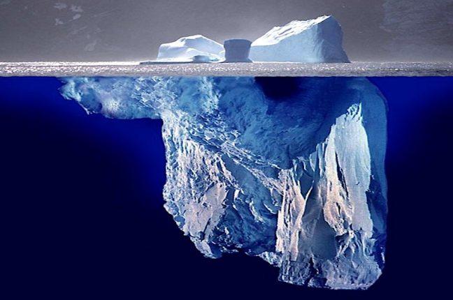 """Tal como num iceberg, a parte visível é uma pequena porção da Internet. A dark web, o """"lado negro da web"""", é 400 a 550 vezes maior do que a web conhecida."""