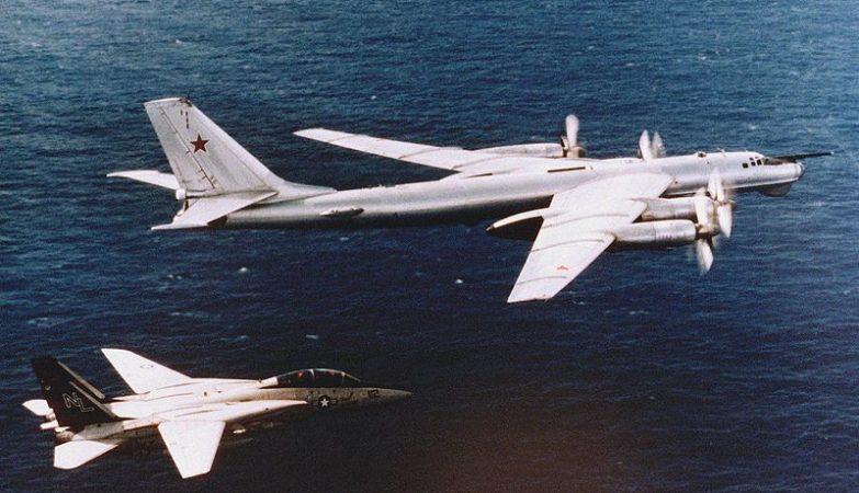 Um caça F-14A Tomcat da USAF escolta um caça bombardeiro Tupolev Tu-95 Bear D da Força Aérea russa.
