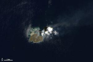 A ilha vulcânica Nishino-shima, no Japão, em julho de 2014
