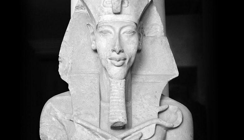 Uma estátua de Aquenáton, no seu templo a Aton, em Karnak