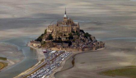 O monte Saint-Michel, visto de avião, antes da super-maré