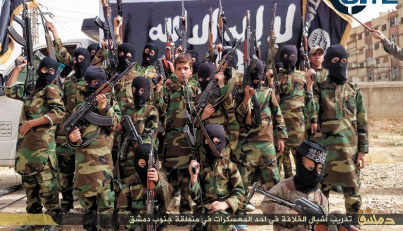 """""""Crias do Califado"""": crianças posam para uma fotografia num campo de treinos do Estado Islâmico perto de Damasco"""