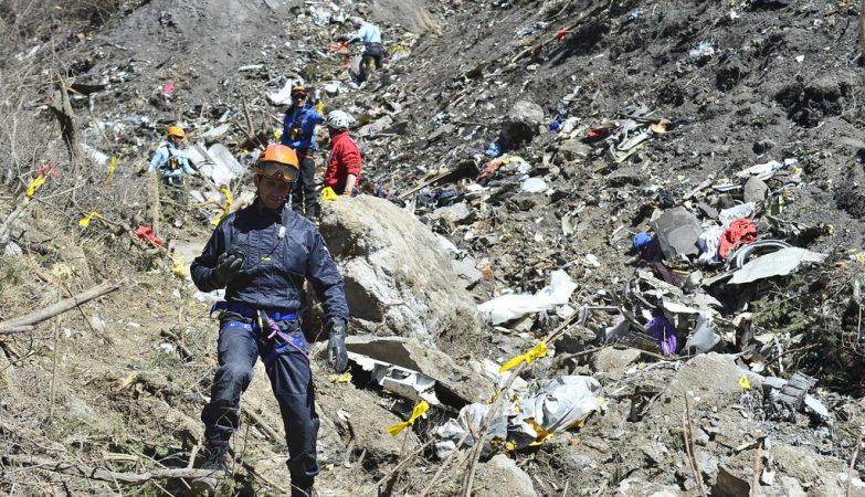 As operações de resgate dos corpos das vítimas e destroços do Airbus A320 da Germanwings contam com cerca de 680 homens, 10 helicópteros e um avião militar participam