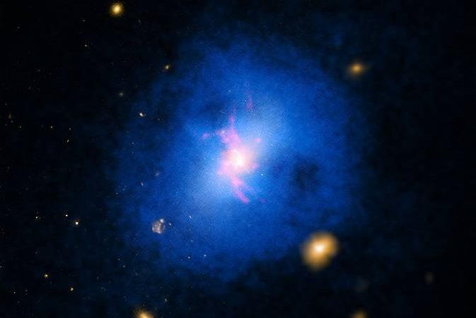 """Um estudo de mais de 200 """"viveiros"""" de galáxias, incluindo a Abell 2597 (na foto), realizado com o telescópio Chandra, revelou como uma forma invulgar de radiação cósmica atrasa a formação das estrelas"""