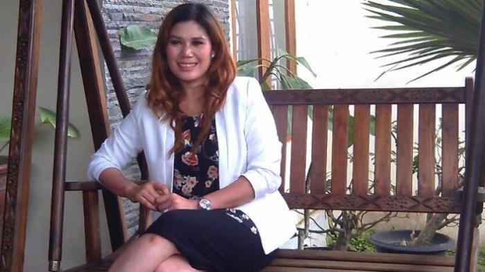 Wina Lia, a indonésia de 40 anos que procura o amor da sua vida enquanto tenta vender a casa