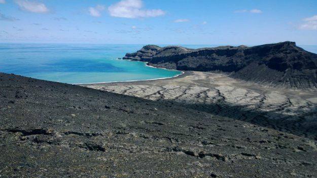 Segundo Gianpiero Orbassano, que visitou a ilha, sua superfície ainda está quente