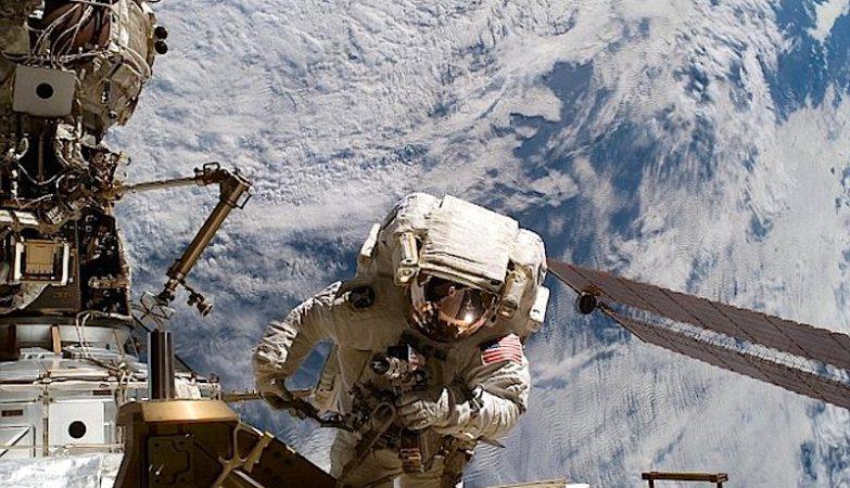 Os astronautas Barry Wilmore e Terry Virts completaram o seu terceiro passeio espacial no exterior da Estação Espacial Internacional