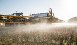 Aplicação de pesticida glifosfato num terreno agrícola