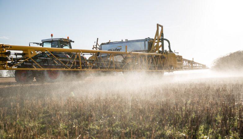 Aplicação de pesticida glifosato num terreno agrícola