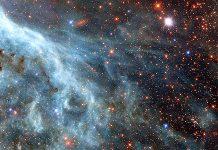 A pequena A1689-zD1 é uma galáxia do tamanho da Grande Nuvem de Magalhães (na imagem, recolhida pelo Hubble), galáxia satélite da Via Láctea