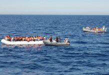 Marinha italiana resgata imigrantes norte-africanos em Lampedusa
