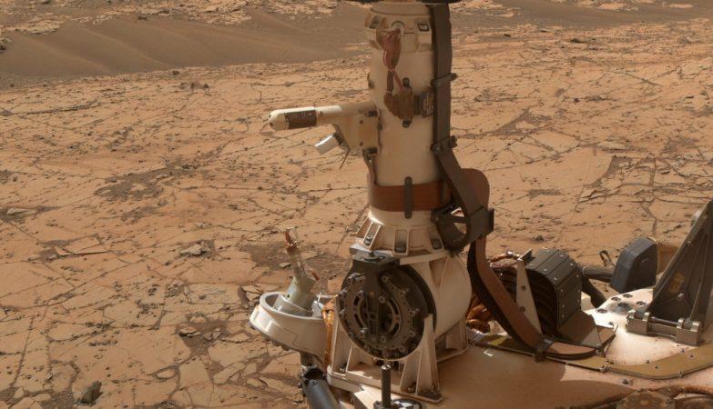 O instrumento REMS (Rover Environmental Monitoring Station) do rover Curiosity inclui um sensor de temperatura e um sensor de humidade, montados no mastro do rover. Um dos pequenos braços do REMS pode ser aqui visto à esquerda do mastro.