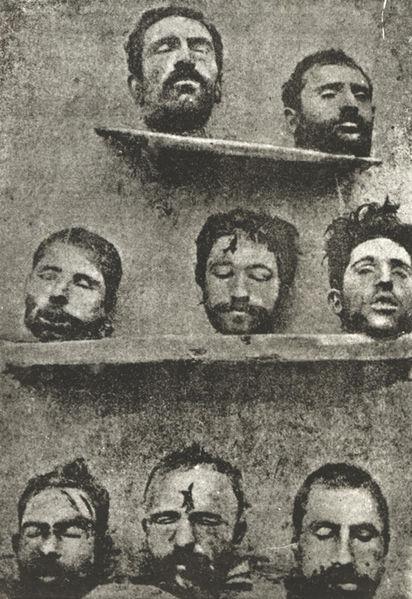 """Legenda original (1921): """"A foto acima mostra oito professores arménios massacrados pelos turcos"""""""