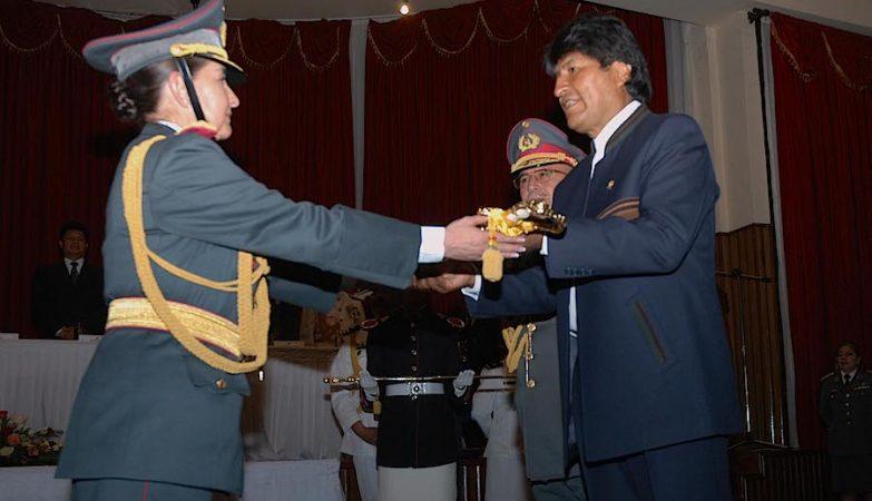 Gina Erika Fátima Reque Terán, a primeira mulher general das Forças Armadas da Bolivia, recebe do Presidente Evo Morales o sabre que a identifica como oficial de alta patente da entidade castrense.