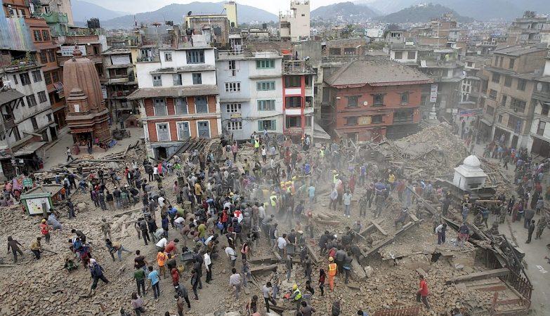Habitantes de Katmandu procuram sobreviventes entre os escombros após o sismo de magnitude 7.9 que atingiu o Nepal