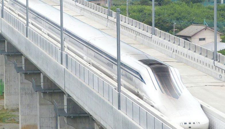Um maglev L0 da Japan Railways na pista de testes ferroviários de Yamanashi