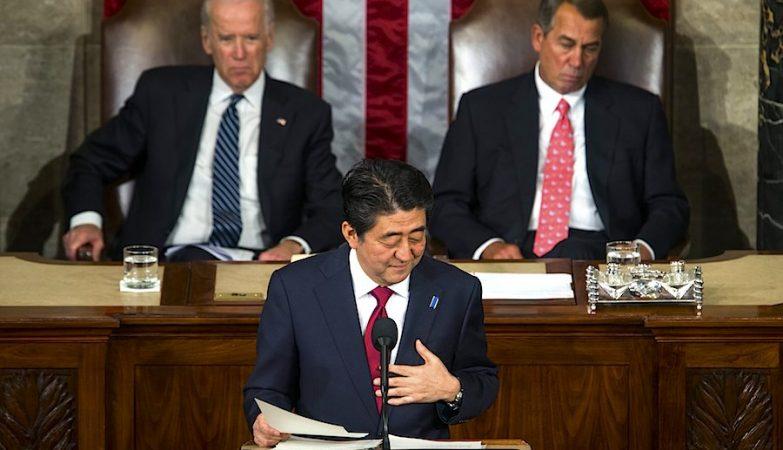 O primeiro-ministro japonês, Shinzo Abe, dirige-se a uma sessão conjunta das duas câmaras do parlamento norte-americano, o Senado e o Congresso.