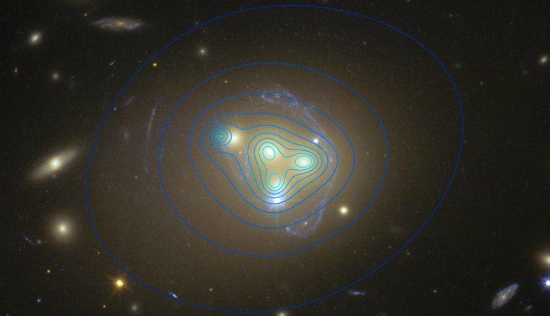 A matéria escura em torno de uma das galáxias do enxame de galáxias Abell 3827 não se move com esta, possivelmente implicando que estão a ocorrer interações de natureza desconhecida entre a matéria escura