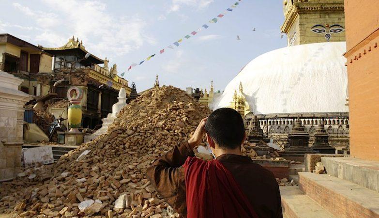 """Um monge inspeciona os estragos no Syambhunaath Stupa, o """"templo do macaca"""", em Katmandu"""
