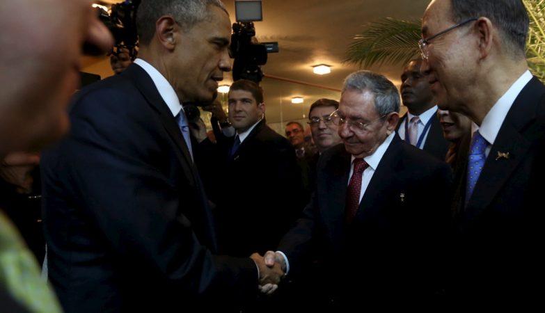 Barack Obama e Raul Castro: aperto de mão histórico na Cimeira das Américas no Panamá