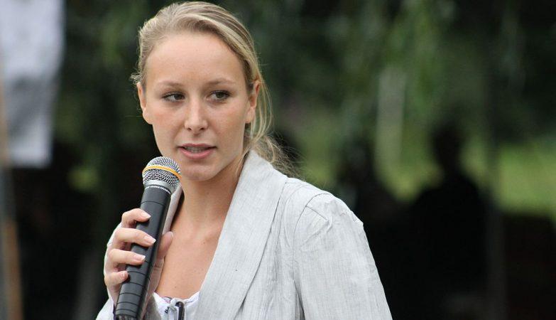Marion Maréchal Le Pen, neta de Jean-Marie Le Pen, fundador da Frente Nacional francesa, e sobrinha de Marine Le Pen, é deputada mais jovem da história de França.
