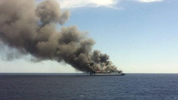 O ferry Sorrento, da Acciona Trasmediterránea, em chamas