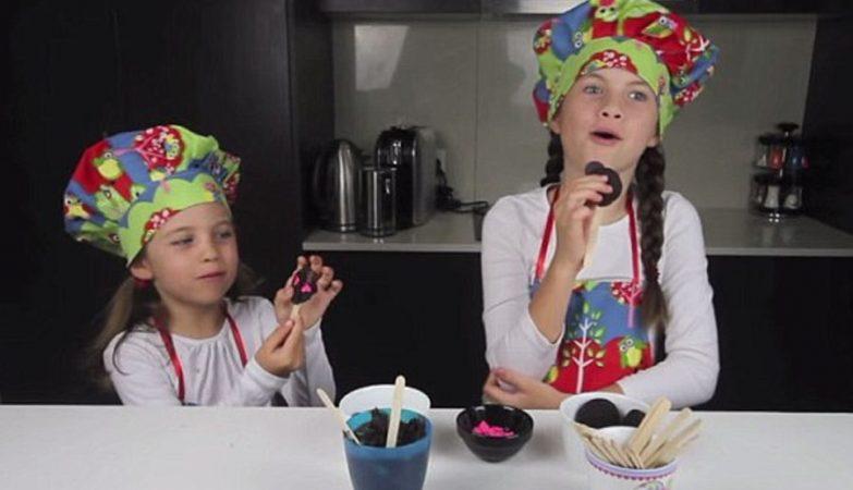 """A pequena """"chef"""" Charli, de 9 anos, e a irmã Ashlee de 6 anos"""