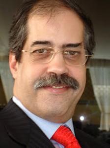 Adérito de Sousa, médico cirurgião português radicado na Venezuela, o primeiro médico no mundo a desenvolver uma técnica cirúrgica no cérebro a partir das fossas nasais.