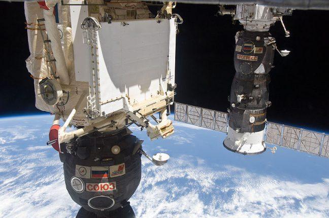 Uma nave russa Soyuz TMA-19 (esq) e um cargueiro russo Progress M-37, acoplados à Estação Espacial Internacional