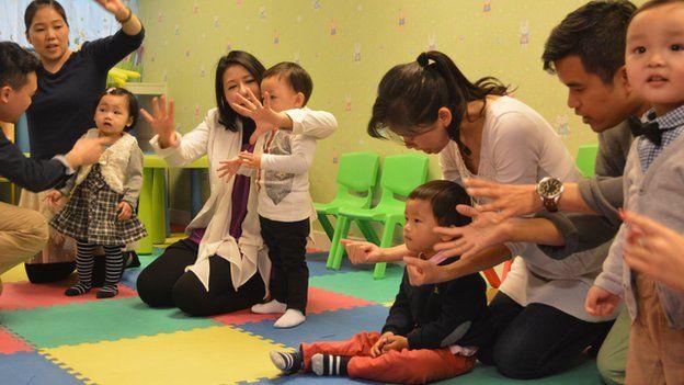Crianças com os pais numa aula de preparação para a entrevista da creche