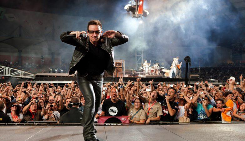 O vocalista dos U2, Bono Vox, ao vivo no estádio Cidade de Coimbra, em 2010
